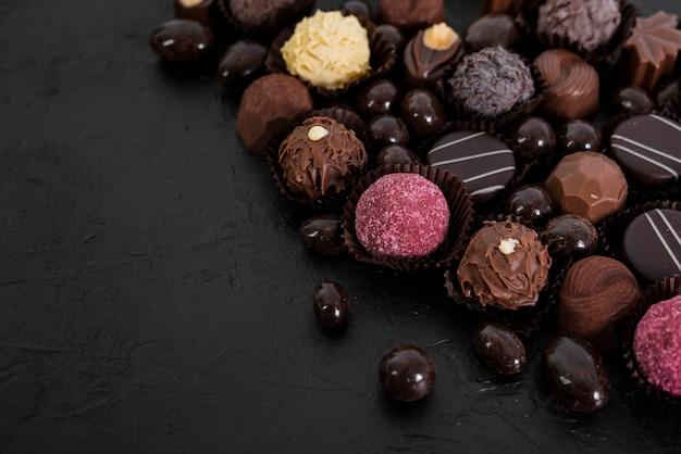Mélange de chocolats à angle élevé Photo gratuit