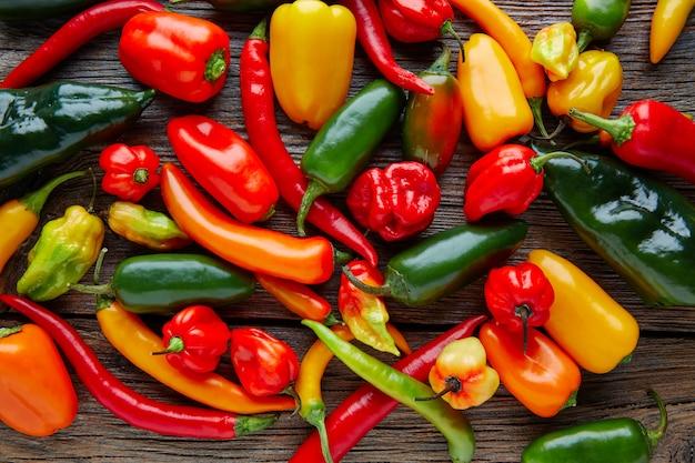 Mélange coloré de piments forts mexicains Photo Premium