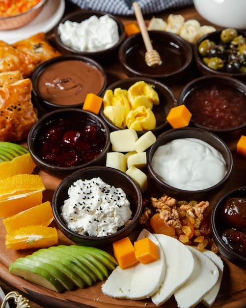 Mélange de confiture, crème et fruits Photo gratuit