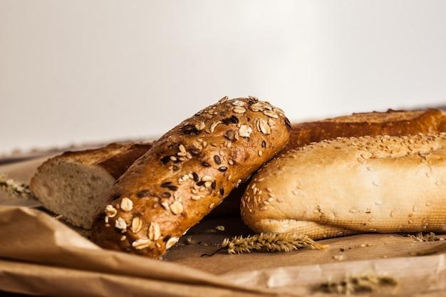 Mélange de différentes variétés de pain posé sur une table en bois Photo Premium