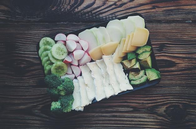 Mélange de différents légumes et fromages Photo gratuit