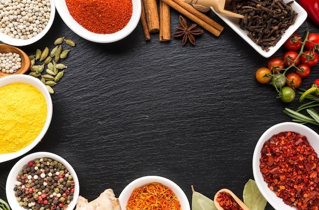 Mélange d'épices aromatisées en poudre sur table Photo gratuit