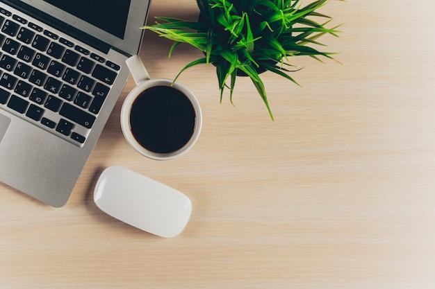 Mélange de fournitures de bureau et de gadgets sur un fond de table en bois. Photo Premium