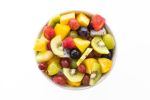 Mélange de fruits en assiette blanche Photo gratuit