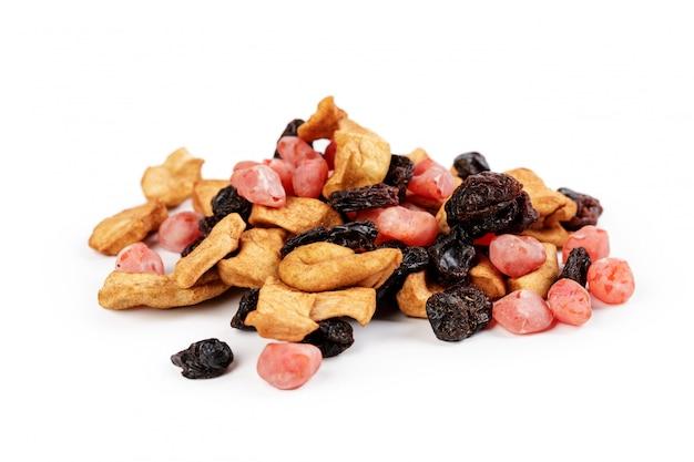 Mélange de fruits confits et noix isolé sur fond blanc Photo Premium