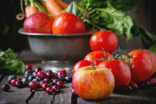 Mélange de fruits, de légumes et de baies Photo Premium