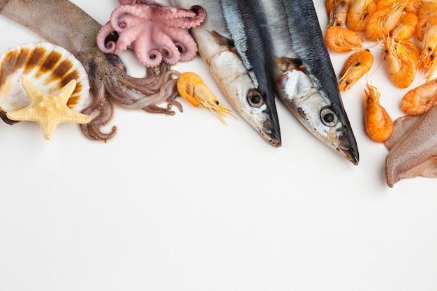 Mélange de fruits de mer frais et délicieux sur la table Photo gratuit
