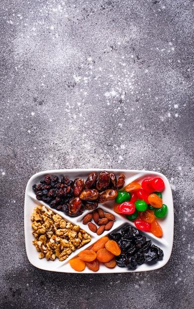 Mélange de fruits secs et noix en assiette Photo Premium