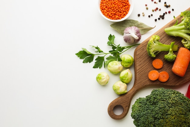 Mélange de légumes plats poser sur une planche à découper avec espace de copie Photo gratuit