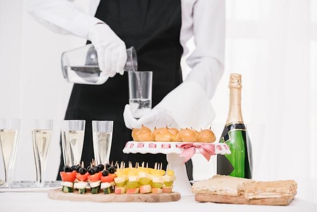 Mélange de nourriture et de boissons sur la table Photo gratuit