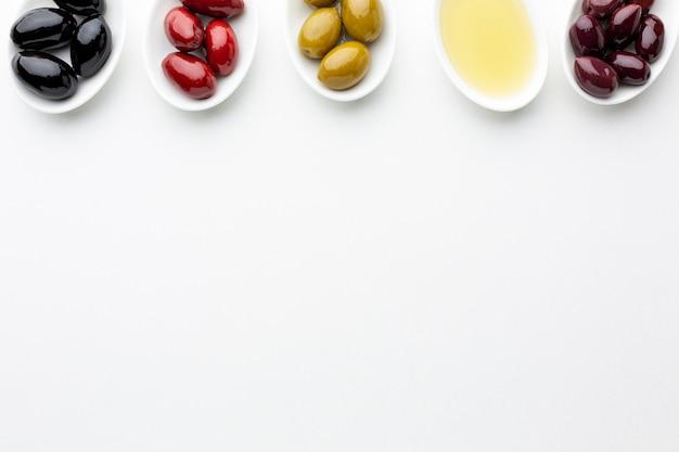 Mélange d'olives colorées avec espace de copie Photo gratuit