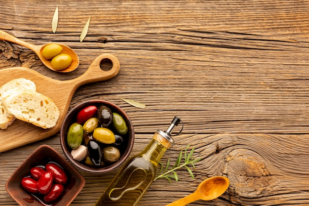 Mélange d'olives à plat avec huile et espace de copie Photo gratuit