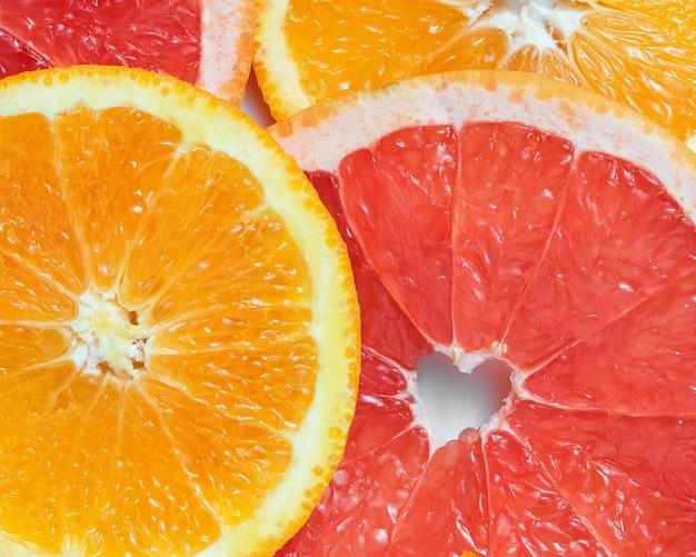 Mélange D'oranges Fraîches Et De Pamplemousses Sur Une Surface Blanche Photo Premium