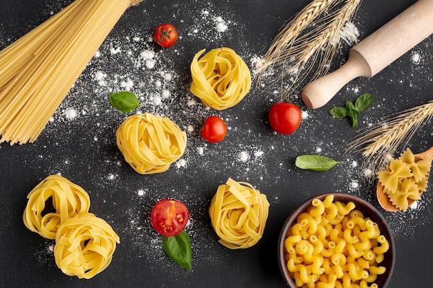 Mélange de pâtes alimentaires non cuites sur fond noir Photo gratuit