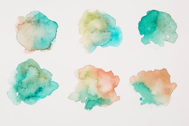 Mélange De Peintures Marron, Vertes Et Aigue-marine Sur Papier Blanc Photo Premium