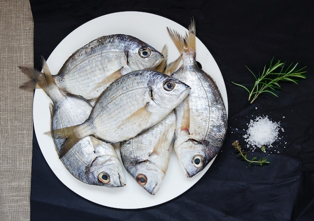 Mélange de poisson frais cru pour la préparation de soupe, de dorade, de poisson scorpion, de rouget barbet et de poisson à plumes. vue de dessus Photo Premium