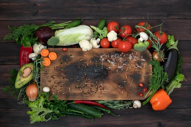 Un mélange de produits à base de plantes pour la cuisine méditerranéenne et végétarienne. Photo Premium
