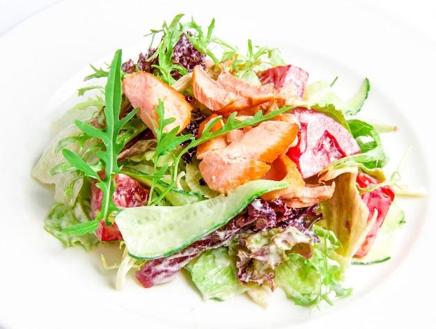 Mélange à Salade Avec Saumon Grillé Photo gratuit