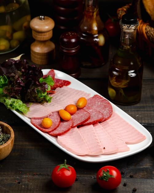 Mélange De Saucisses Servies Avec Du Basilic Photo gratuit