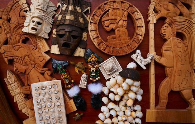 Mélange de souvenirs artisanaux mexicains mayas Photo Premium