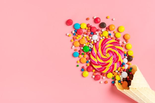 Mélanger Des Bonbons Au Chocolat Colorés Renversés Sur Un Cornet Gaufré De Crème Glacée Photo Premium