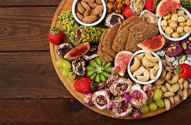 Mélanger les fruits et les noix, une alimentation saine, des bonbons turcs, manger maigre. Photo Premium