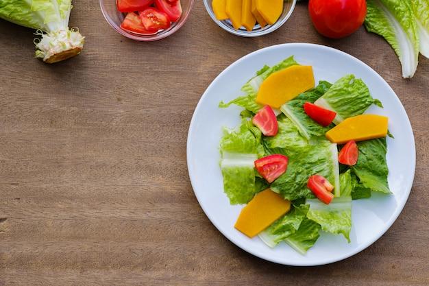 Mélanger Les Légumes à Salade Dans Un Plat Blanc, Végétalien Photo Premium