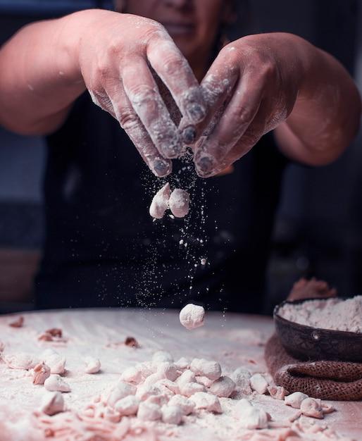 Mélanger des morceaux de manti turc prêts avec de la farine. Photo gratuit