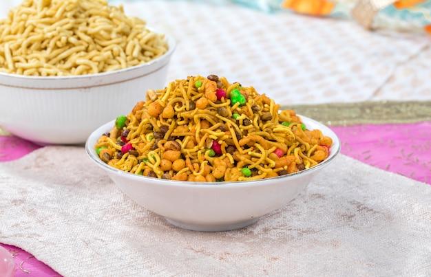 Mélanger namkeen food Photo Premium