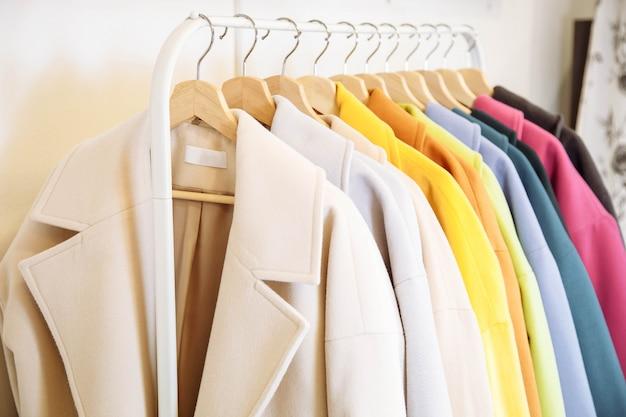 Mélanger la rangée de couleurs du manteau féminin sur le cintre. Photo Premium
