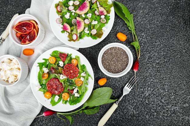 Mélanger les salades. végétalien, végétarien, manger sainement, suivre un régime, concept alimentaire. Photo Premium