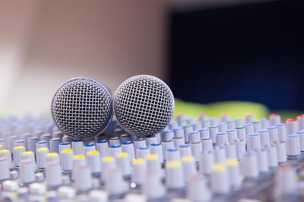 Mélangeur sonore et microphones liés dans la salle de réunion. Photo Premium