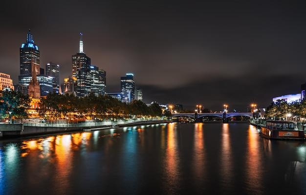 Melbourne Skyline Le Long De La Rivière Yarra Au Crépuscule. Photo Premium