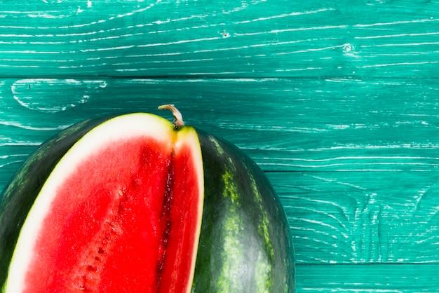 Melon d'eau douce coupé sur fond vert Photo gratuit