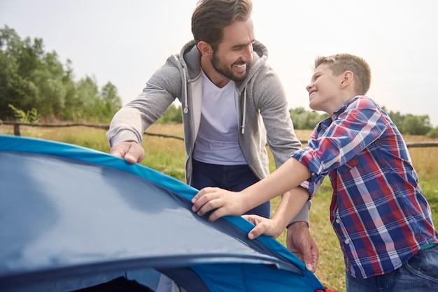 Même En Montant Une Tente, Nous Nous Amusons Photo gratuit