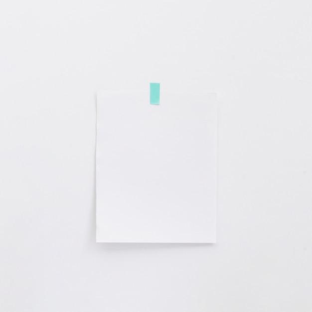 Mémo blanc sur mur blanc Photo gratuit