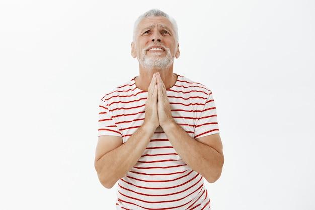 Mendiant Un Vieil Homme Implorant Dieu, Suppliant Photo gratuit