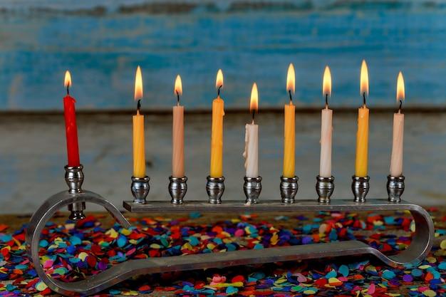 Menorah avec des bougies colorées pour hanoukka à la lumière, gros plan Photo Premium