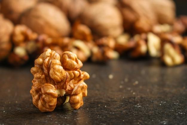 Menu aux noix, savoureux et sain (cerneaux, noix entières). fond de nourriture. fond vue de dessus Photo Premium