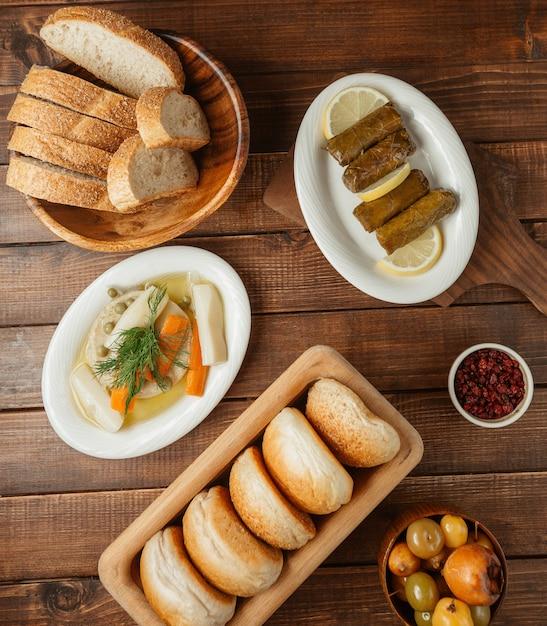 Menu du soir avec variations de turshu et de petits pains Photo gratuit