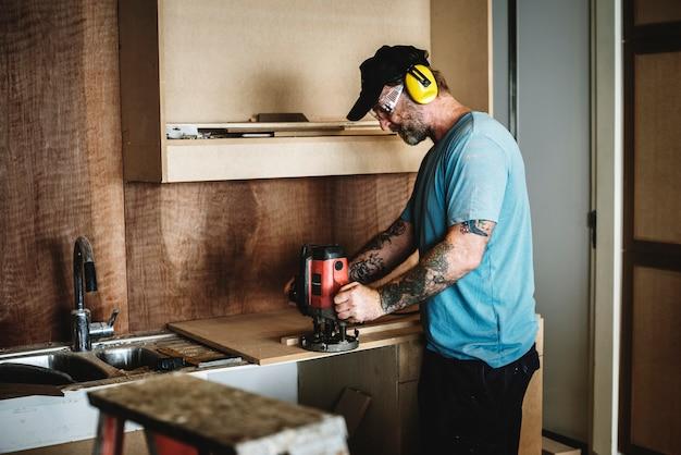 Menuisier menuisier travaillant pour la rénovation de la maison Photo Premium