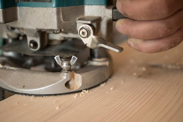 Le menuisier usine le comptoir en pin Photo Premium