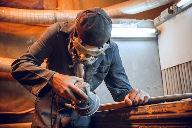 Menuisier Utilisant Une Scie Circulaire Pour Couper Des Planches En Bois. Détails De Construction De Travailleur Masculin Ou Homme à Tout Faire Avec Des Outils électriques Photo gratuit