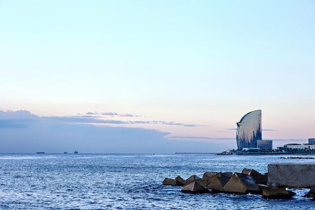 Mer de barcelone au coucher du soleil Photo Premium