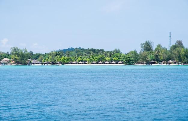 Mer bleue avec station balnéaire, récif corallien le plus abondant à l'île de lipe Photo Premium