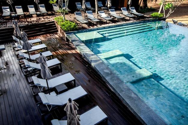 Mer, ciel lumineux, piscine Photo Premium