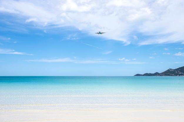 Mer avec nuages et ondulations sur la mer bleue Photo Premium