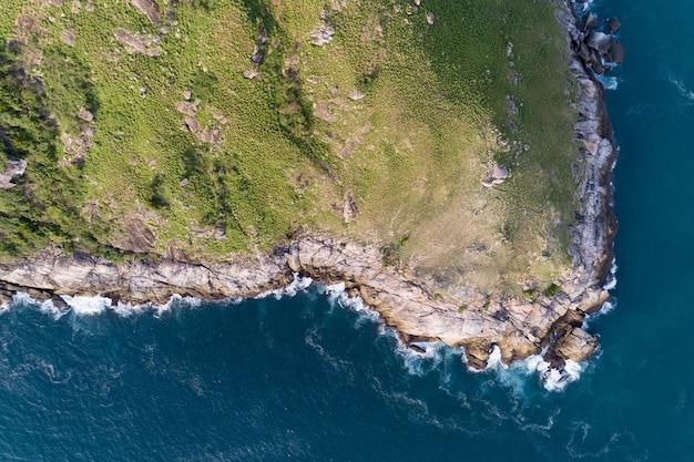 Mer Tropicale Avec Vague Se Brisant Sur Le Bord De Mer Et La Haute Montagne Située Photo Premium