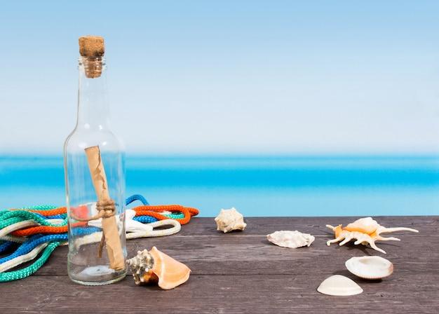 Mer Tropicale Vue Du Bateau. Message En Bouteille Sur Table Photo Premium