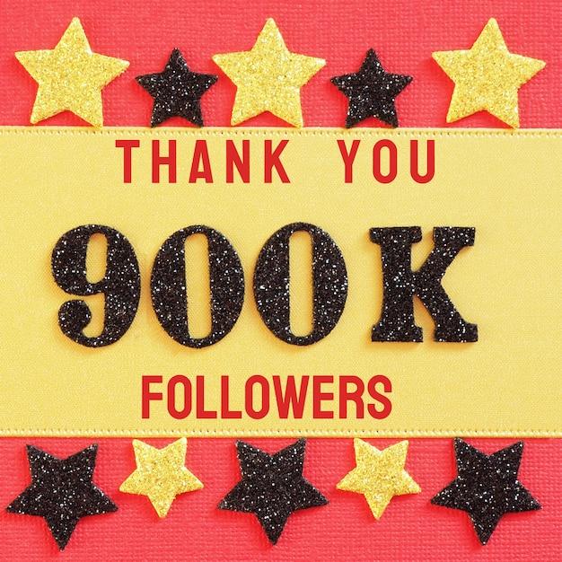 Merci 900k, 900000 adeptes. message avec chiffres brillants noirs sur rouge et or Photo Premium